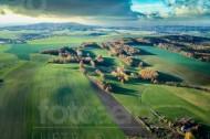 Weiter Blick über Landschaftsebenen mit Wiesen, Felder und Wälder
