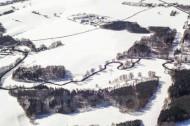 Winterlandschaft mit einem Fluss, Felder und Wälder