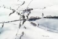 Eine Brücke über ein Bach im Winter