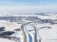 Eine im Schnee liegende Autobahn, die sich kreuzt.