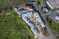 Eine Milchfabrik, nahe eines Feldes.