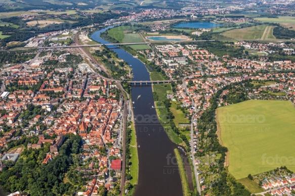 Die Elbe fließt entlang der schönen Altstadt von Pirna.