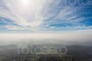 Wolkenstruktur über Wald und Feldern