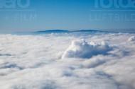 Berg und dichte Wolken