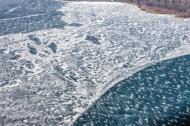 Eisschollen auf dem Senftenberger See im Bundesland Brandenburg
