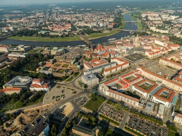 Der Postplatz mit Blick auf den Zwinger in Dresden bei Sachsen.