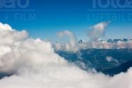 Ein Blick über die Wolken auf die Alpen