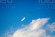Flugzeugwerbung über den Wolken