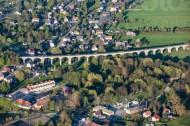 Eine lange Brücke, welche durch eine Stadt führt.