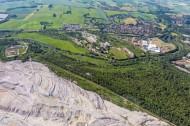 Hirschfelde im Bundesland Sachsen mit dem Tagebau Bogatynia in Polen