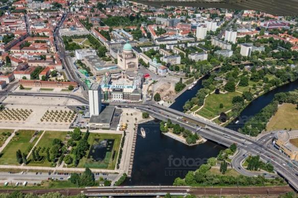 Die Freundschaftsinsel mit der Langen Brücke, in Potsdam bei Brandenburg.