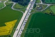 Eine Autobahn, die entlang eines Feldes verläuft.