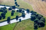 Wiese und Feld gelegen an einem Fluss