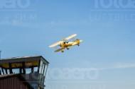 Das Flugzeug Airmen Beans fliegt durch den strahlend blauen Himmel.