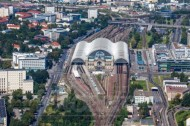 Der Hauptbahnhof in Dresden bei Sachsen erstrahlt in der Sonne.