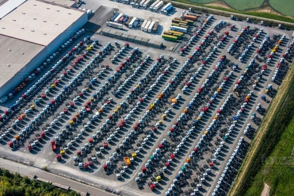 LKW Stellflächen mit gro�em Parkplatz,