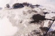 Vereister See mit Schneedecke