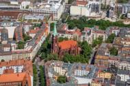 Gethsemanekirche und Zughaltestelle Schönhauser Allee in Berlin.