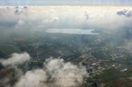 Blick aus den Wolken auf eine kleine Stadt