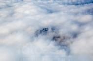 Fernsehturm schaut durch Loch in der Wolkendecke