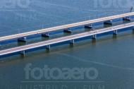 Zwei Brücken, die parallel über Wasser führen.