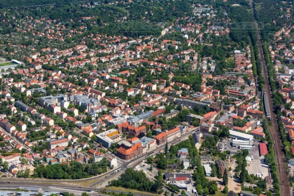 Die S-Bahn Strecke von Potsdam Babelsberg inmitten der Stadt Potsdam.