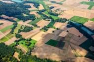 Schatten von Wolken bedecken die Felderlandschaft
